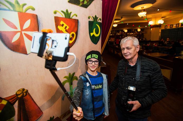 Kaatsheuvel Vloggers workshop in Theater van de Efteling , opa Siep 70 jaar en kleinzoon Yuri Henstra 11 jaar  uit loon op Zand