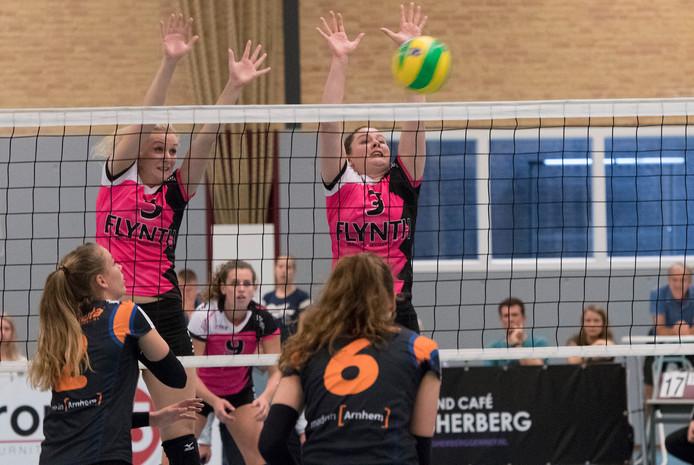 Veerle van den Heuvel (rechts) aan het net voor FAST, met links teamgenote Lynn Blenckers.