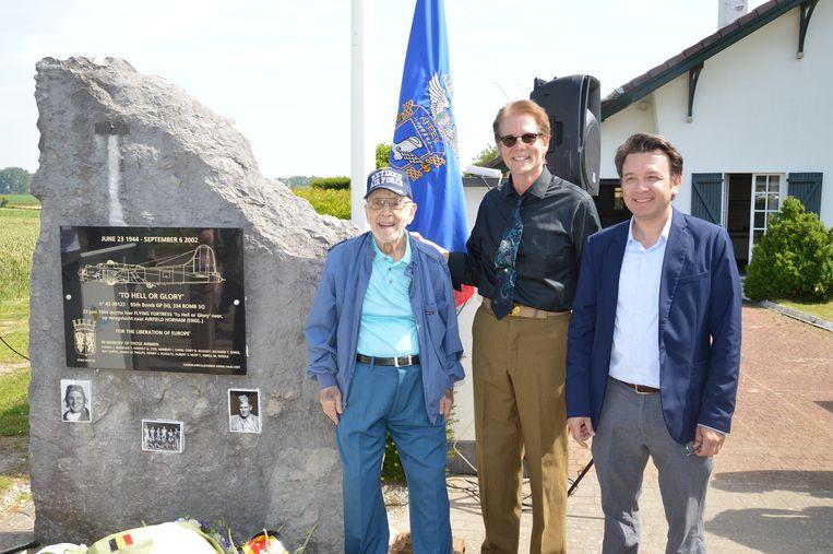 Henry Schultz, het enige nog levende bemanningslid, Rick Mangan, neef van de verongelukte piloot en Curtis Steinback, kleinzoon van bemanningslid Ray Smith, tijdens de herdenking van de 75ste verjaardag van de tragische WOII-vliegtuigcrash 'To Hell or Glory' aan het monument in Outer.
