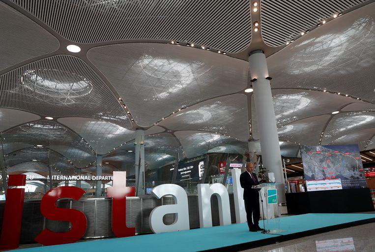 De Turkse minister van Transport Cahit Turhan geeft een persconferentie, woensdag in de vertrekhal van het nieuwe  Istanbul Airport. Foto Reuters Beeld REUTERS
