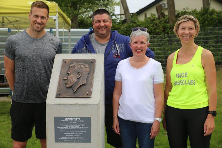 Hans Van Alphen huldigde samen met het gemeentebestuur ook de gedenkplaats voor veldloper Lucien Theys in.