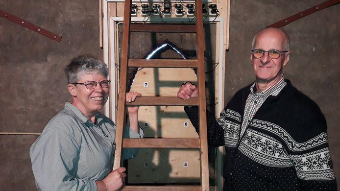 Hannie Nilsen en Gerard van der Kaa, hoog in de Joanneskerk waar de nestkasten van de gierzwaluw hangen.