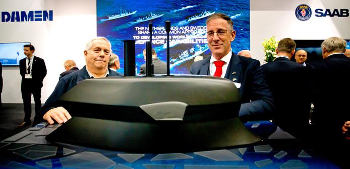 ROTTERDAM - Johan Kragten en Ed Veen (R) van Damen Naval Shipbuilding B.V. kijken naar het ontwerp voor een onderzeeboot van Saab Damen op de jaarlijkse beurs van de stichting Nederlandse Industrie voor Defensie en Veiligheid (NIDV) in Ahoy. FOTO BART HOOGVELD