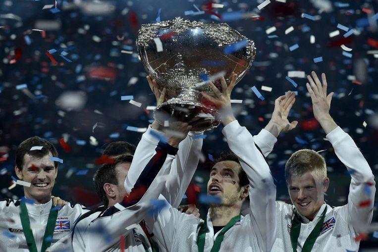 Britten houden de Davis Cup omhoog. Beeld afp
