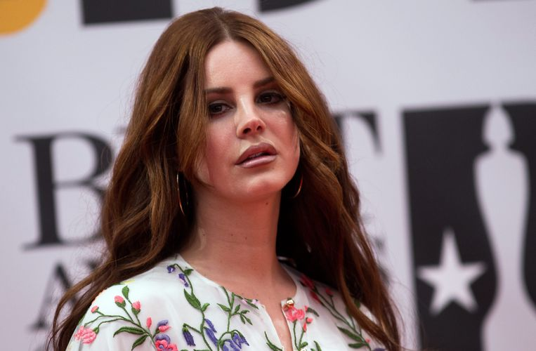 2016-02-24 00:00:39 epa05179232 US singer Lana Del Rey arrives on the red carpet for the 2016 Brit Awards at the O2 Arena in Greenwich, London, Britain, 24 February 2016.  EPA/ANDREW COWIE