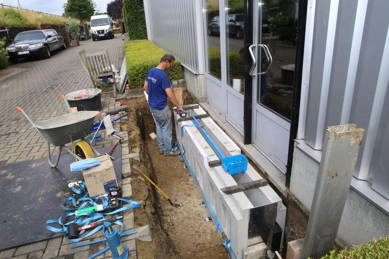 Rondom de zaak worden hydraulische keringsmuren van beton geplaatst.