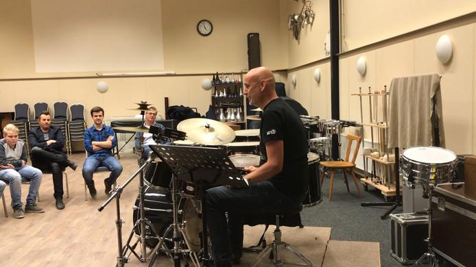 Drummer Gerben Groot aan het werk.