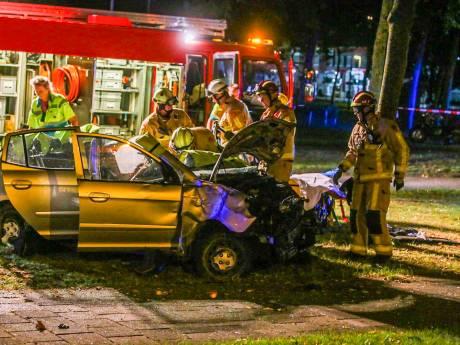 Zwaar ongeval in Helmond: auto slaat over de kop en gewonde bestuurder zit lang bekneld