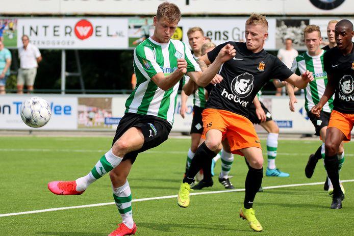 Steff Kaptein in duel met Rens van Benthem van SC Genemuiden.
