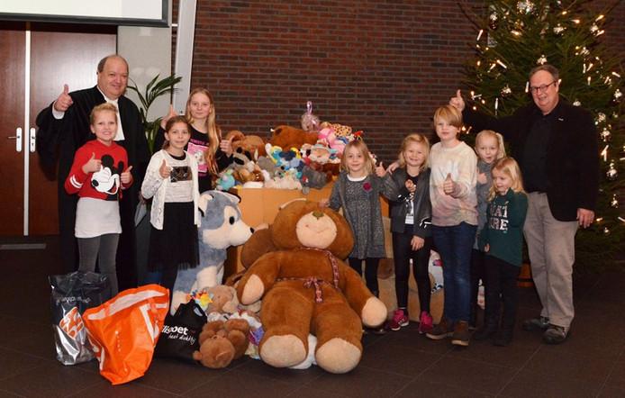 Afgelopen zondag zijn tijdens een kerkdienst in de Hofstad de laatste 200 knuffels verzameld.