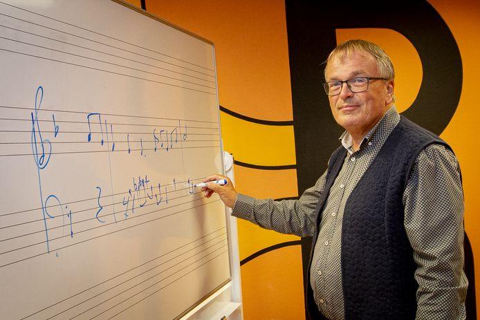A l'improviste een introotje verzinnen is voor ervaren musicus en componist Dick Sanderman geen uitdaging.