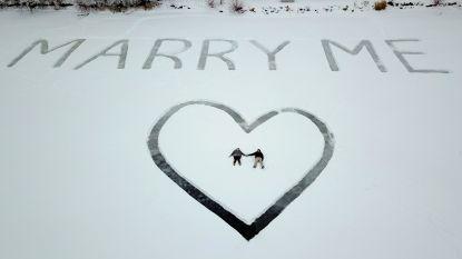 Piloot kerft huwelijksaanzoek in sneeuw op bevroren meer