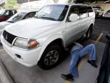 Katalysator-dief geplet doordat auto van krik rolt