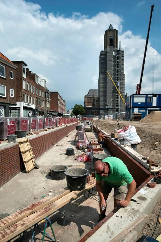 Werkzaamheden aan de Jansbeek. Wim Rohaan uit Rijssen is aan het voegen.