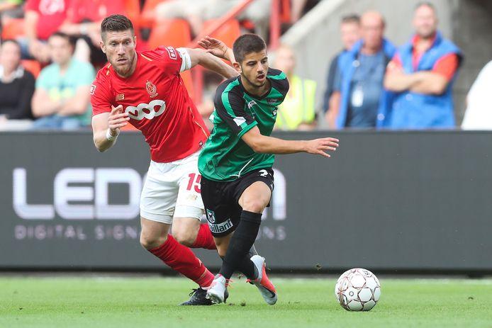 Adrien Bongiovanni (rechts) glipt langs Sebastien Pocognoli van Standard Luik in zijn tijd bij Cercle Brugge. Volgende week haakt de aanvaller aan bij FC Den Bosch.