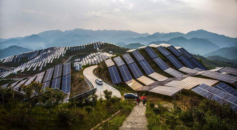 Bergtoppen bedekt met zonnepanelen in het zuidoosten van de provincie Fujian in China. Beeld AP