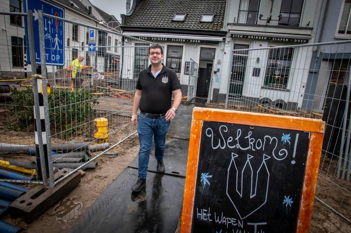 Wat Guus de Jong nog het meest verbaast: dat mensen brutaal zijn zaak binnenstappen, er doorheen banjeren om vervolgens via de nooduitgang (die ze zelf openen) op de Willem II-straat uit te komen.
