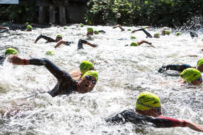 Zwemwedstrijd De Vrije Slag door Zutphen leidt deelnemers onder verschillende bruggen van de Berkel door. De Berkeltocht gaat dit jaar wél door.