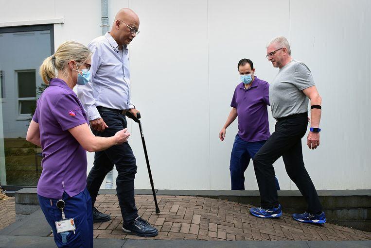 Jo Lemlijn (rechts) en Fidi Muller werken aan hun herstel in het revalidatiecentrum Adelante in Hoensbroek. Door de ic-opname vanwege het coronavirus kampen veel genezen patiënten met een achteruitgang van hun spiermassa en een verslechterd coördinatievermogen. Beeld Marcel van den Bergh / de Volkskrant