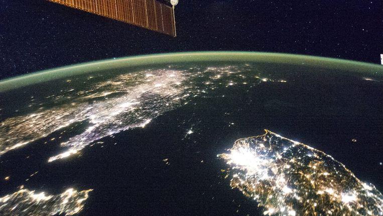 Een foto van NASA laat een deel van Korea en China zien bij nacht. Beeld epa