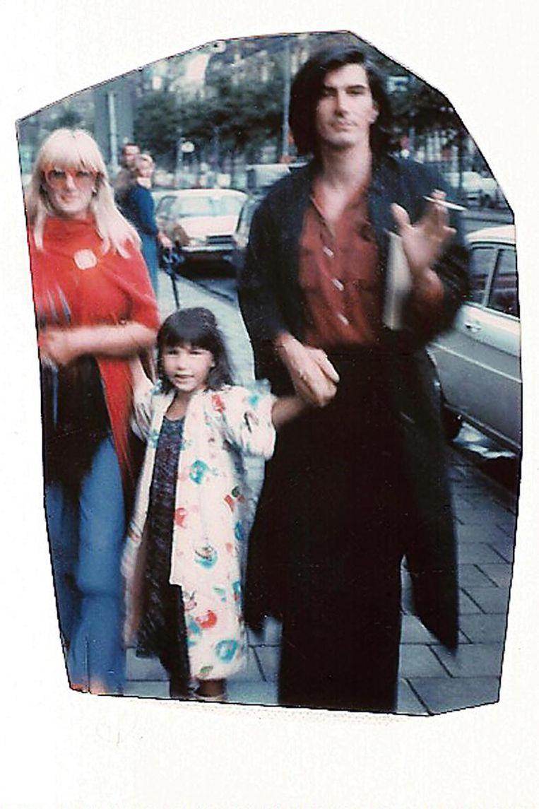 Met dochter Carmen voor de winkel op het Rokin, 1974 Beeld Archief Puck en Hans