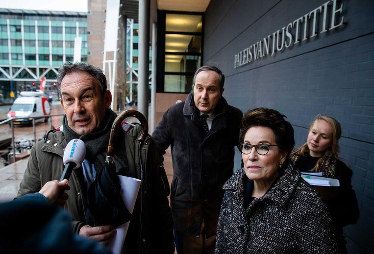 Frans van Laarhoven (broer van Johan van Laarhoven) en de advocaten Geert-Jan Knoops en Carry Knoops half januari bij de rechtbank van Den Haag voor een kort geding over vrijlating van de voormalige Tilburgse coffeeshophouder. Dat verzoek is nu afgewezen.  Beeld ANP