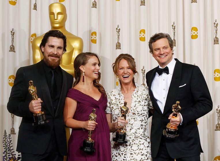 Christian Bale, Natalie Portman, Melissa Leo en Colin Firth met de Oscars die ze in 2011 wonnen. Firth vergat zijn beeldje later in de toiletten.