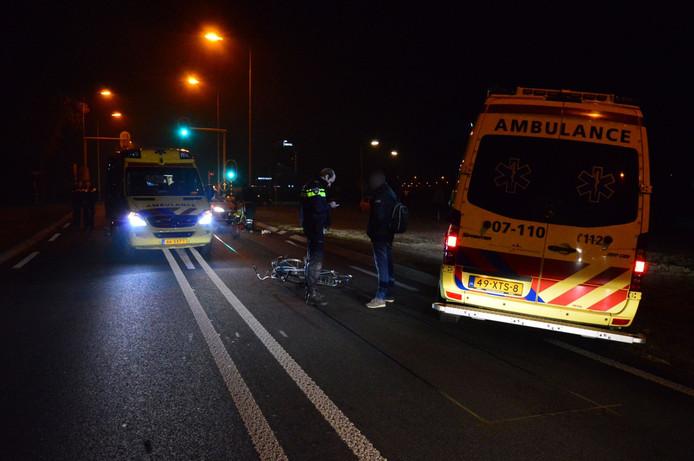 De politie praat met getuigen na de aanrijding op de Oostsingel (N810).