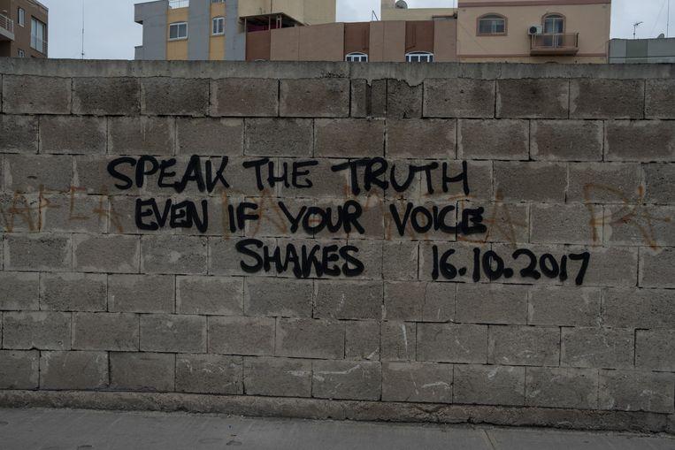 Graffiti op een muur in Valletta verwijst naar de onopgeloste moordzaak. Beeld Joanna Demarco