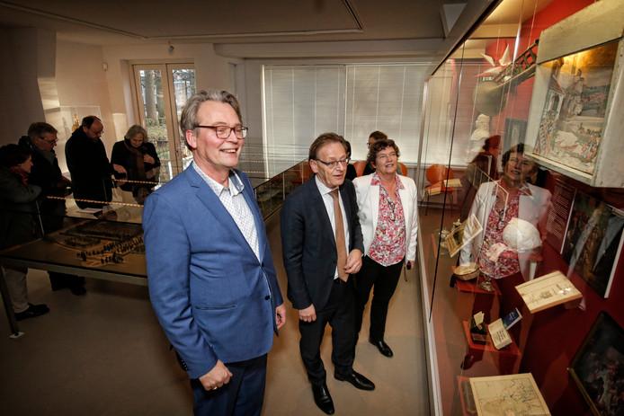 Conservator Hans van de Linden en bestuurslid Christina van der Pol leiden burgemeester Koos Janssen (m) rond in het Hernhutter Huis in Zeist.