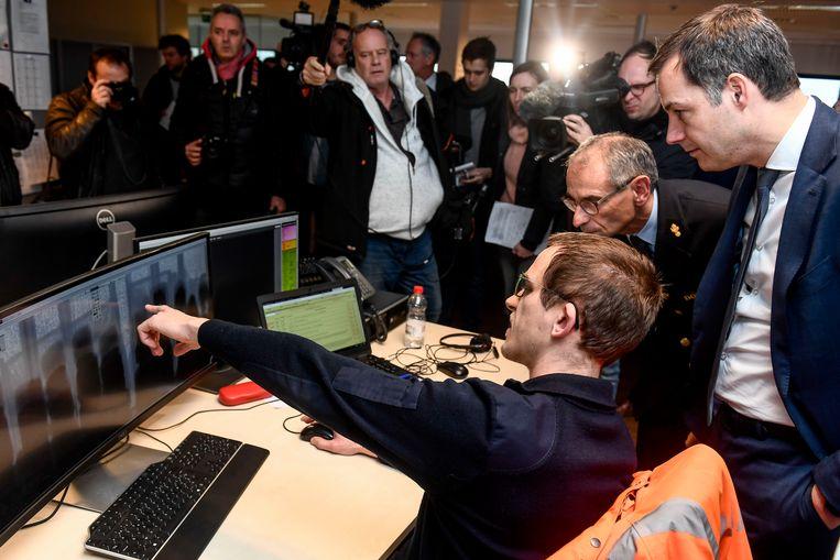 Minister Alexander De Croo bracht vrijdag een bezoek aan de Grensinspectiepost in Doel waar verdachte containers gescand worden.