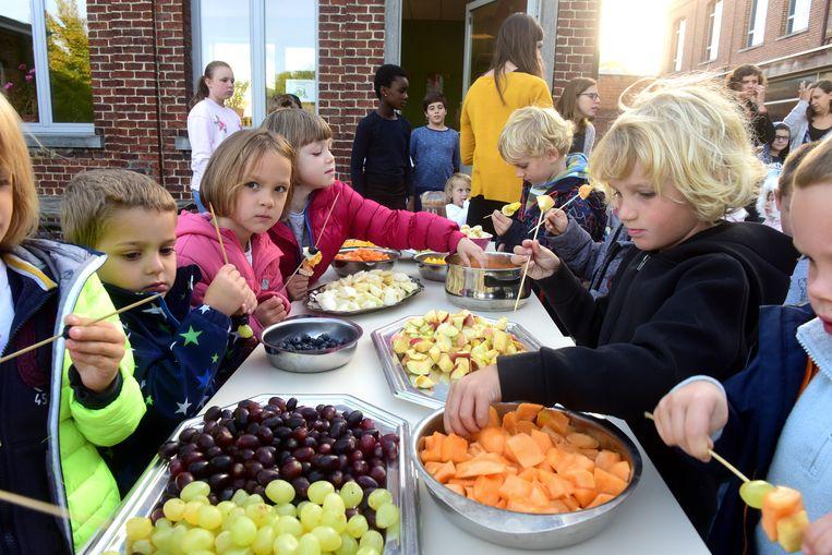 De kinderen mochten smullen van lekker fruit