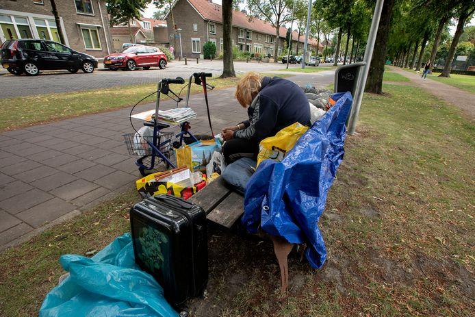 De uit haar woning gezette vrouw op het bankje Groenewoudseweg in Eindhoven.