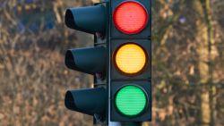 Waarom we zo vaak door het oranje licht rijden