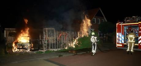 Auto en coniferenhaag gaan in vlammen op in Losser