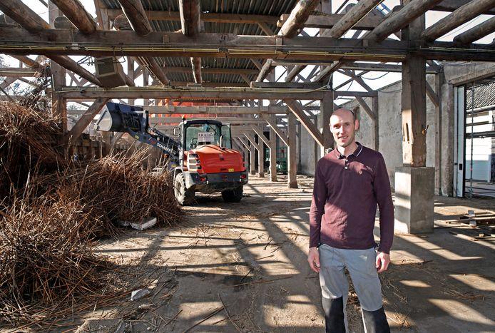Alle 17.000 pannen zijn tijdens de flinke verbouwing van de schuur van het dak gehaald. Ze worden straks teruggeplaatst.