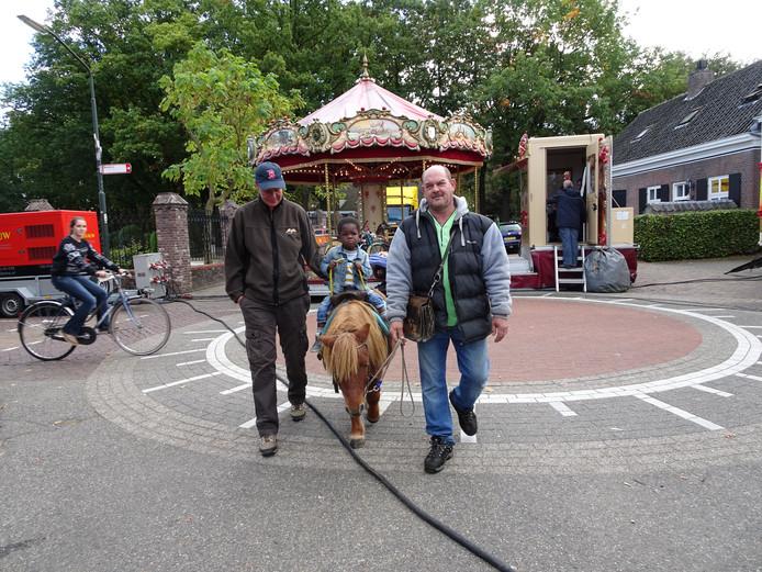 Ben Dubbeldam (2) maakte maandag een rondje op een van de shetlandpony's van John Vossen.