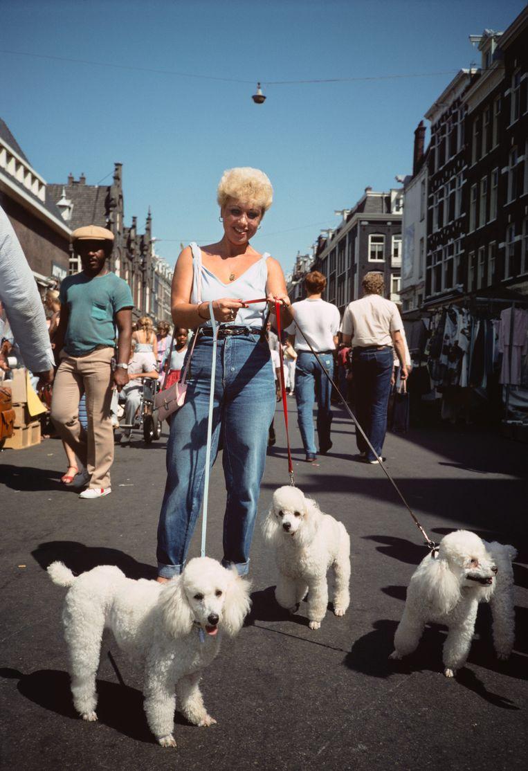 Albert Cuypmarkt, 1983, is typerend voor de kleurrijke straatfotografie die Van der Elsken beoefende. Beeld Nederlands Fotomuseum / © Ed van der Elsken