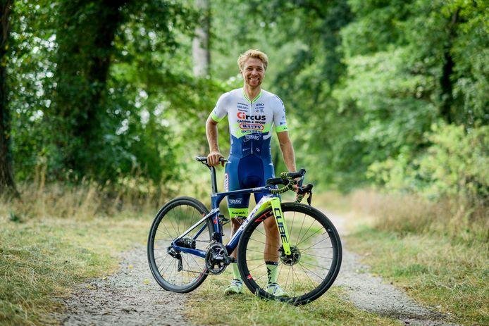 Maurits Lammertink kan weer lachen na zijn sleutelbeenbreuk. Hij rijdt echter nog geen wedstrijden. Des te meer tijd heeft hij om lezers van Tubantia te voorzien van tips voor hun Lezerstourploeg.