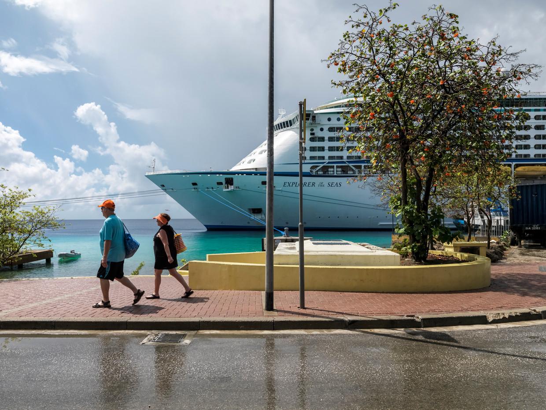Een aangemeerd cruiseschip op Bonaire. Een half miljoen toeristen komt jaarlijks aan met de zwaar vervuilende schepen. Beeld Martijn Steiner Lovisa
