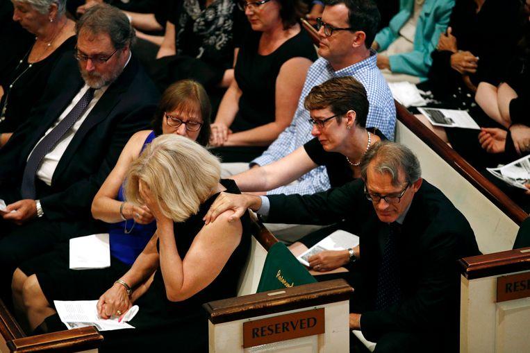 Andrea Chamblee wordt getroost tijdens een herdenkingsdienst.