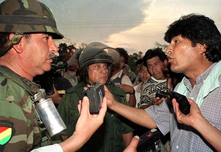 September 2000: Evo Morales, dan leider van de coca-boeren, in gesprek met een kolonel van het Boliviaanse leger tijdens een blokkade van een snelweg door de boeren.  Beeld AFP