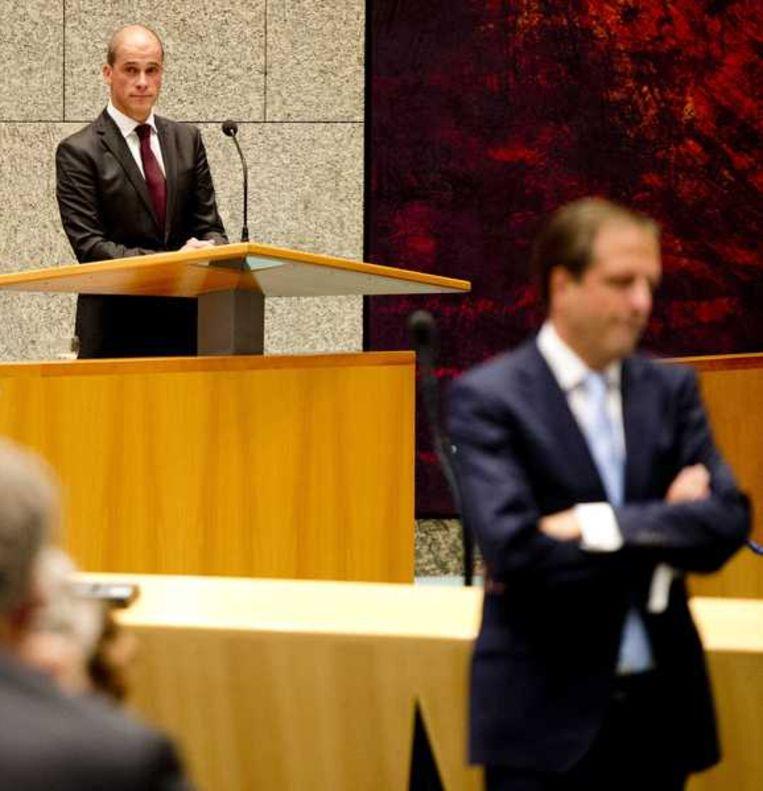 PvdA-leider Samsom in de Tweede Kamer, op de voorgrond D66-leider Pechtold. Beeld anp