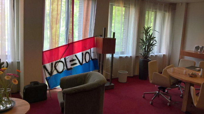 Eén van de vlaggen in de werkkamer van burgemeester Jan Hamming van de gemeente Heusden.