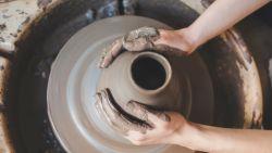 Iedereen kan de pot op: oldschool hobby's zoals borduren en pottenbakken zijn weer hip