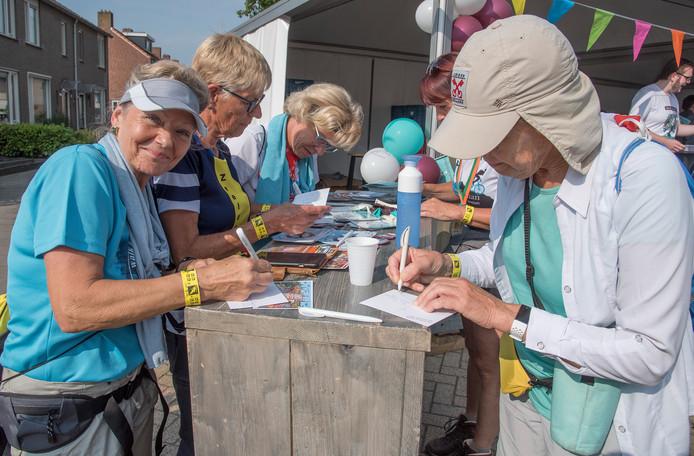 In Milsbeek konden de wandelaars op kosten van de gemeente Gennep een kaartje versturen.