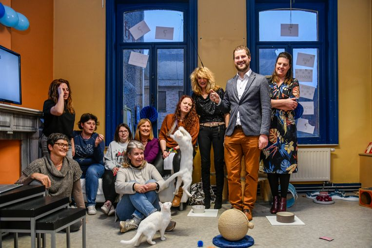 De vrijwilligers van Dendermondse Zwervertjes zijn heel tevreden met de samenwerking. Samen met schepen Tomas Roggeman en milieuambtenaar Inge Smolders openden ze hun nieuw pand.