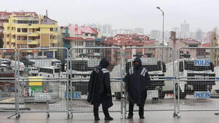 Turkse politiemannen en hekken voor de Nederlandse ambassade in Ankara. Beeld afp