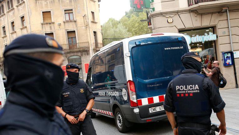 De Spaanse politie arresteert een verdachte in Ripoll, ten noorden van Barcelona. Beeld ap
