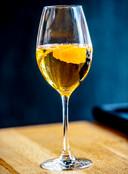 Orange Elderflower: ,,Wij serveerden deze cocktail afgelopen zomer bij een Aziatisch getint dessert met allerlei bereidingen van citrusvruchten. Hij past ook bij een gerecht met vis en grapefruit bijvoorbeeld.''